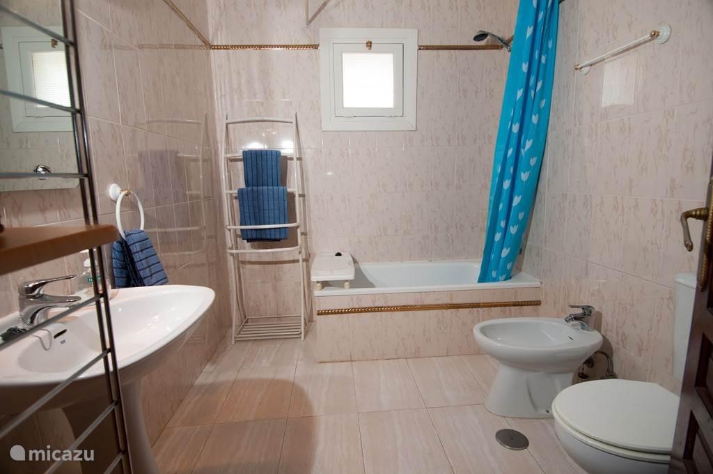badkamer 1 : ligbad met douche, bidet, toilet, lavabo, haardroger ...