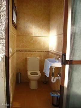 2de toilet: apart toilet, buiten naast de 2de badkamer