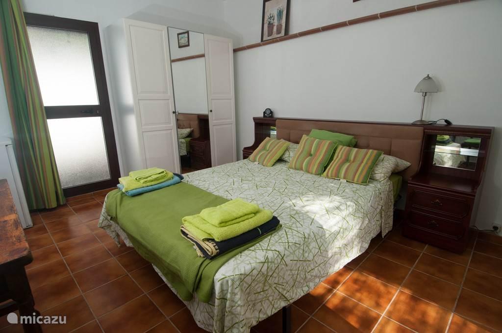 slaapkamer 4: dubbel bed, kleerkast, bureautafel, stoel, frigo