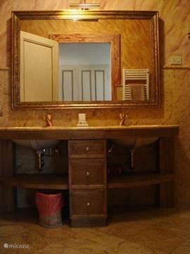 Sfeervolle marmeren badkamer nr. 1