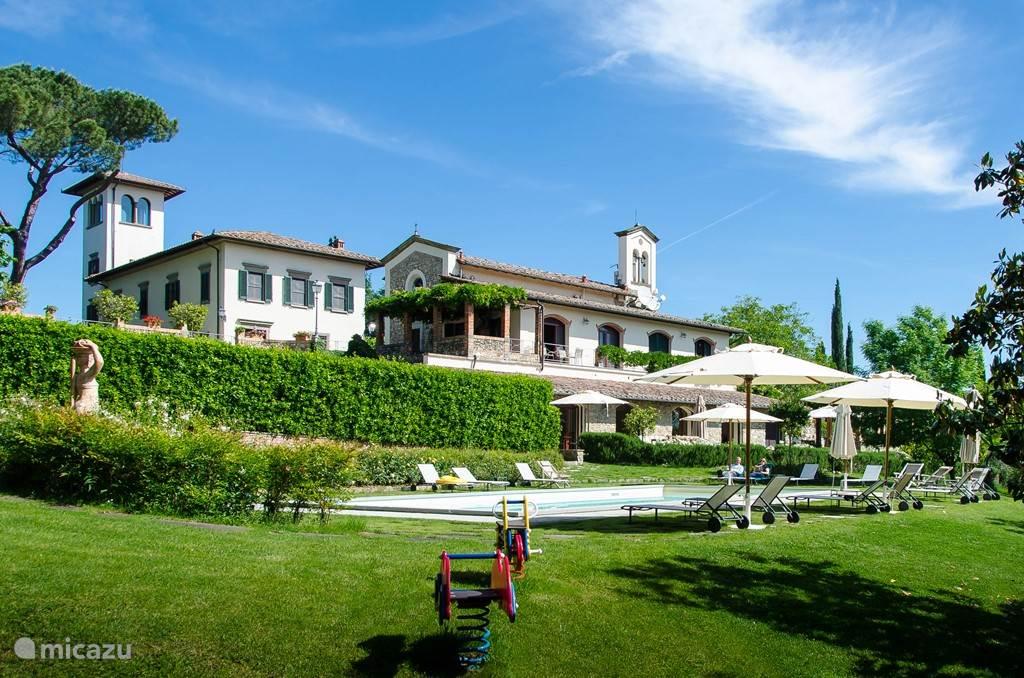Overzichtsfoto  van de Atelier tuin met links Villa Licia
