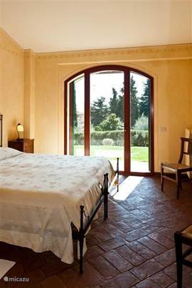 Slaapkamer nr. 1 Doorkijkje naar terras in  de tuin