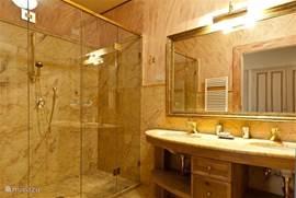 Zeer grote luxe marmeren badkamer nr. 1 Met royale douche, toilet en bidet, dubbele wastafel
