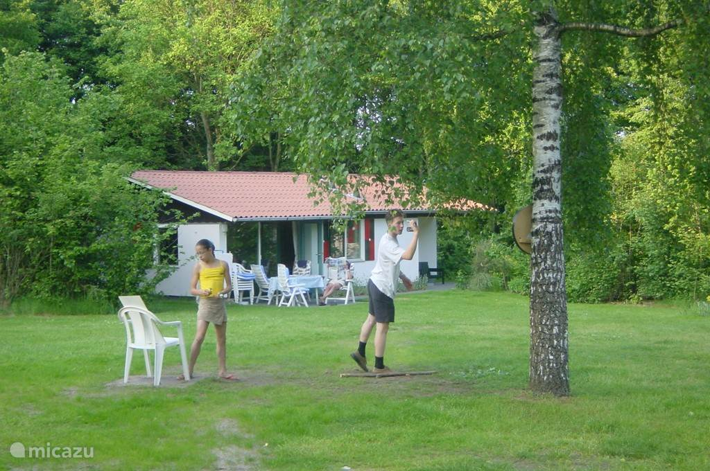 In de bossen gelegen luxe vakantiewoning voor mensen die rust zoeken en houden van privacy. De bungalow ligt op landgoed Hunzebergen midden in een fiets- en wandelgebied bij het karakteristieke dorpje Exloo. Aan de voorkant van de woning is een groot zonnig grasveld waar kinderen kunnen spelen.