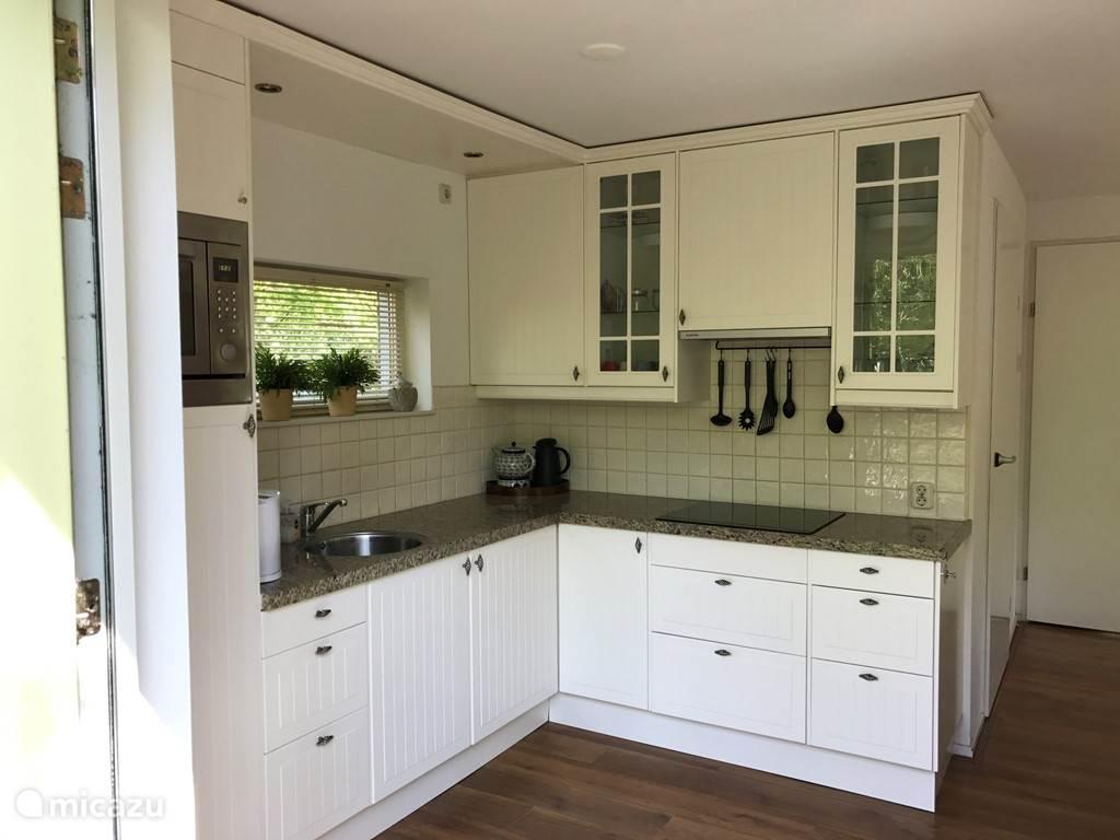De keuken is uitgerust met diverse apparatuur, hier kan iedere keukenprins(es) zich heerlijk uitleven om gerechten te bereiden.