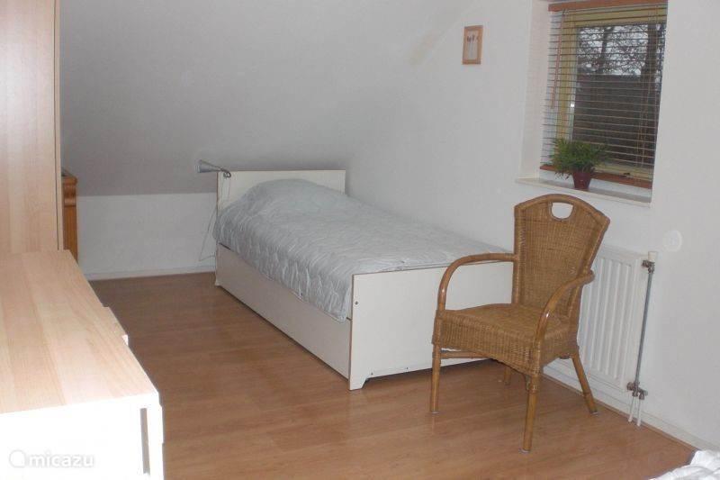extra bed op grote slaapkamer met onderschuifbed