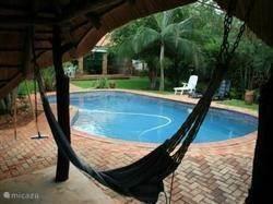 relaxen in rieten tuinhuis