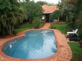 HIPPOHOUSE, een droomhuis in Z-Afrika direct aan het KRUGERPARK.Winnaar mooiste huis! Met ZWEMBAD in een trop. tuin met veel palmbomen. Rust,comfort,veel privacy en natuur.