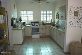 keuken en bijkeuken met daarin geplaatst een wasmachine, koelkast en vriezer.