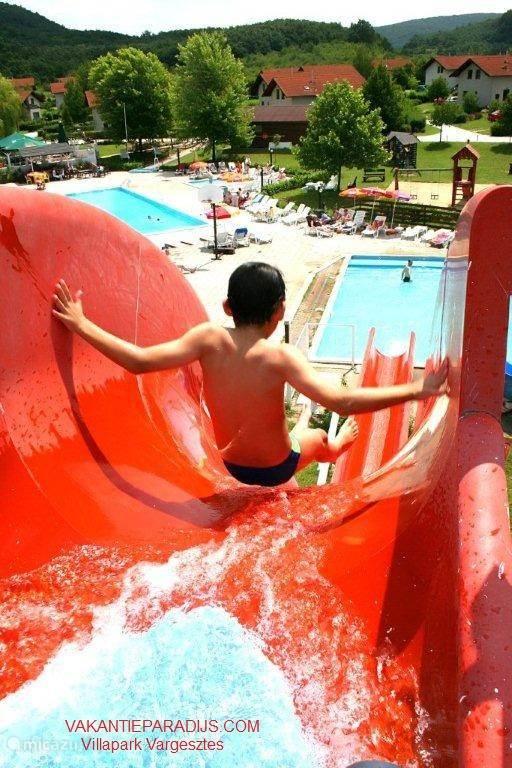 Gezin en Kinderen Het Várgestes Villapark biedt voor elke leeftijdsklasse aangepast vermaak, zowel individueel als in groepsverband. Voor gezinnen met kleine kinderen zijn er kindervriendelijke villa's.  In het Zwemparadijs zijn kikkerbadjes met verwarmd water. Vleugeltjes, zwembanden en zwemluiers