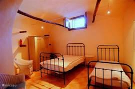 La Cantina, het souterrain. Hier vindt u 3 slaapplaatsen. Het tweepersoonsbed is een twijfelaar. Ook in de de zomer is het hier aangenaam koel.