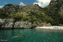 De Masseta kust: beschermd en staat op de lijst van UNESCO. Deze kust is alleen vanuit zee te bereiken. Er is een bootdienst die u heen en terug brengt. U kunt ook zelf een bootje huren