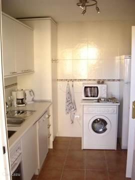 keuken met vaatwasser, wasmachine, droger, magnetron, oven, etc.
