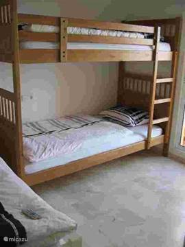 slaapkamer 2 met stapelbed, 1 pers. bed en balkon