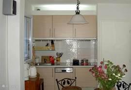 Ingebouwde keuken met vatwasser, koelkast, keramische kookplaat en afzuigkap
