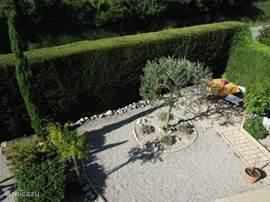 Uitzicht op de tuin en zithoek vanuit de 2e slaapkamer