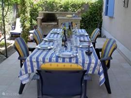 Eettafel en stoelen buiten op terras
