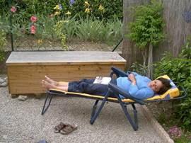 Ligstoel en en kist voor het opbergen van kussens e.d.