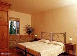 De slaapkamer op de begane grond met aansluitend badkamer. Airconditoning