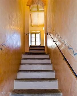 De origineel beschilderde trap naar de 1e verdieping