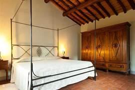 Grote slaapkamer met uitzicht op de rozentuin met airco