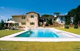 Travertin zwembad ( 12x7 meter) en terrassen met links Casa delle Rose en rechts de Villa