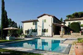 Zicht op Casa delle Rose met grote Loggia en zwembad (kan worden verwarmd)