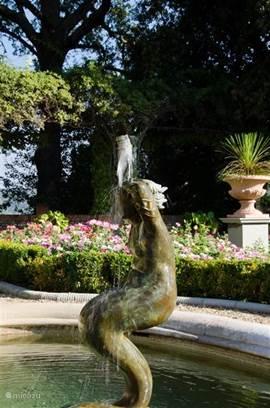 Bronzen fontein La Sirena in rozentuin