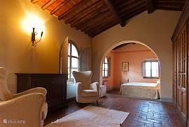 De royale suite- slaapkamer met zitje en ingebouwde kledingkasten. Fraai uitzicht trondom. Alle slaapkamers hebben airco en horren.