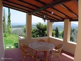 Intieme loggia aan de achterzijde van Casa delle Rose met uitzicht op de Toscaanse heuvels. Heerlijk voor een aperitief vooraf of koffie met limoncello na het diner
