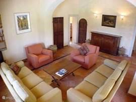 De ruime zitkamer met comfortabel meubilair