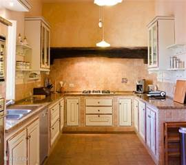 Originele klassieke toscaanse keuken. Zeer compleet ingericht met 2 koelkasten, vaatwasser, magnetron etc