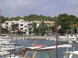 Dit is het uitzicht vanaf het terrasje over de haven