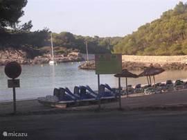 Mallorca kent vele kleine en grote strandjes, een echte aanrader is dit niet te grote maar zeer gezellige strand in Cala Mondrago.