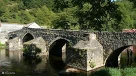 oude romeinse brug bij pont-de menat op 10 minuten rijden met de auto