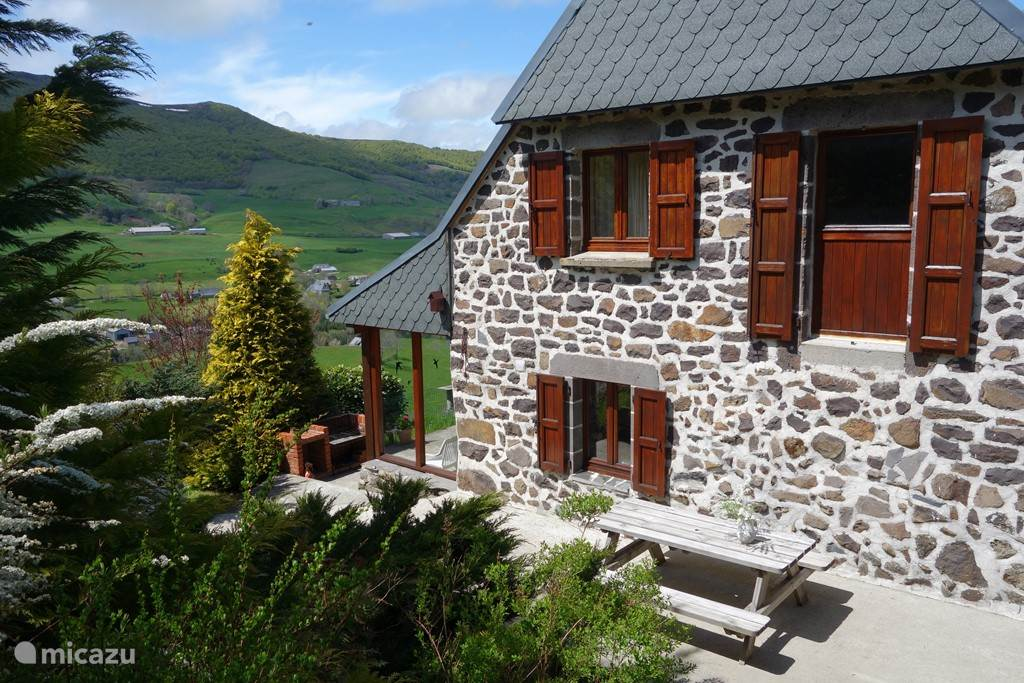 Vacation rental France, Auvergne, Le Claux farmhouse boerderijhuis