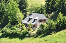 Superb detached villa with panoramic view in the largest national park in France, Parc des Volcans d'Auvergne. The house was recently renovated and luxuriously decorated.