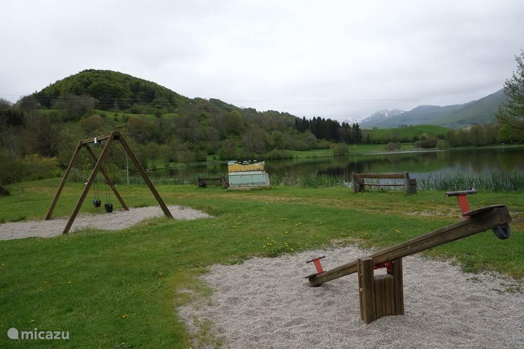 Speeltuin en een groot terras bij het forellen meertje - 10 min. rijden