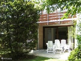 Onze 5 persoons bungalow Ostrea no 11 op familie park Landal Port Greve foto genomen van uit de tuin /terras