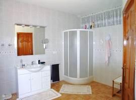 badkamer aansluitend aan 1e slaapkamer