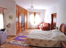 1e slaapkamer met extra zit/slaapbank 140 x 190 cm