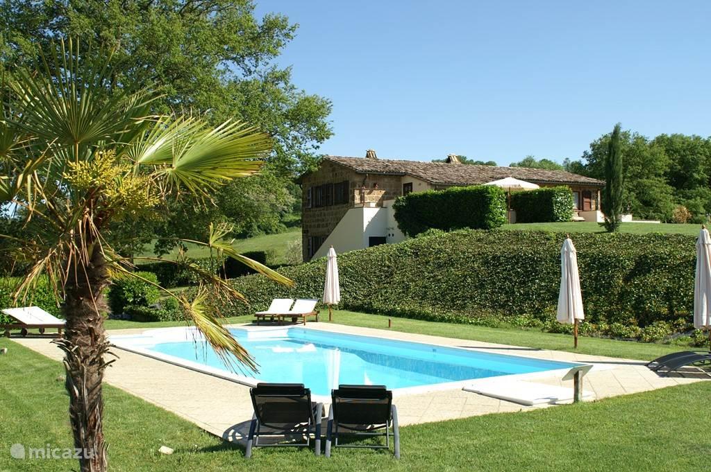 podere-pantano met zwembad en zicht op de villa waarin zich La capriata en Il Tulipano zich bevinden. Met alle luxe en comfort.