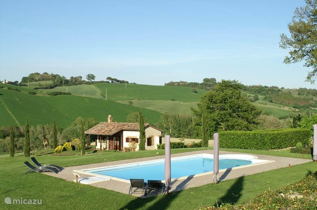 Zwembad met zicht op de vrijstaande honeymoon villetta I Fichi met eigen tuin en oprit en veel luxe. Een verblijf om nooit te vergeten.