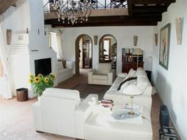 interieur 'La Capriata' met grote openhaard en voor de winter ook vloerverwarming. Naast de huiskamer vindt u de eetkeuken met alle comfort.