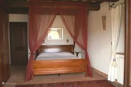 slaapkamer begane grond (naast de grote badkamer) met openslaande terras deuren