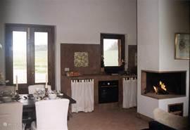 huiskamer met keuken en open haard