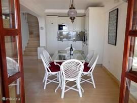 Openslaande terrasdeuren naar de woonkamer en keuken