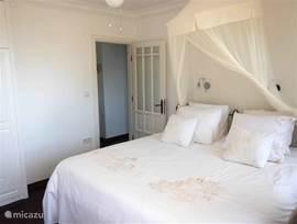 Masterbedroom met airconditioning en groot twee persoonsbed van 180x200 cm