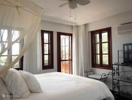 Masterbedroom met toegang naar het balkon, flatscreen TV, de zender BVN en DvD speler. Vanuit de masterbedroom heeft u toegang tot het ruime balkon met prachtig uitzicht op de Middellandse Zee.