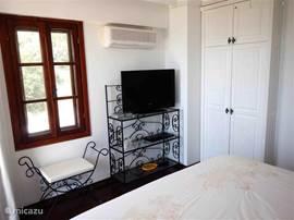 Masterbedroom met flatscreen TV en DvD speler